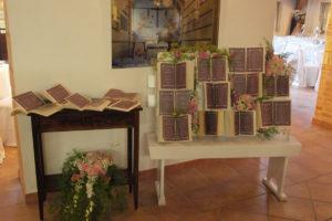 Tableau de mariage realizzata con libri usati